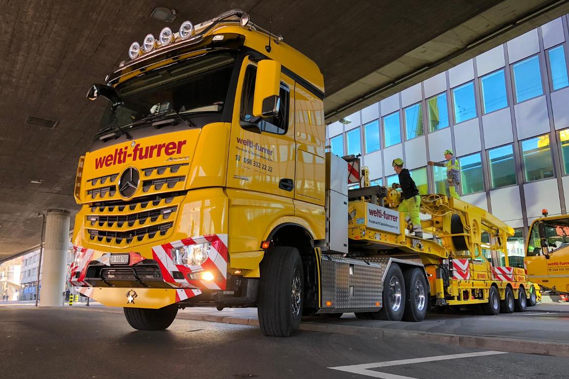 LKW bei der Installation des Mobilkran an der Hardbrücke in Zürich