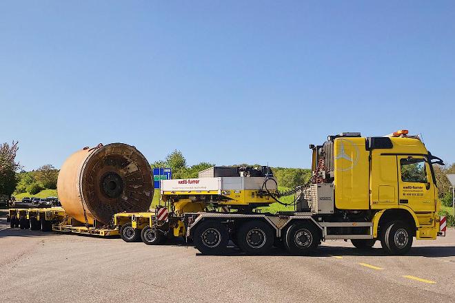 Tunnelbohrmaschine wird von den Industrieumzügen auseinandergebaut, mit dem Mobilkran verladen und mit Spezialtransport abtransportiert