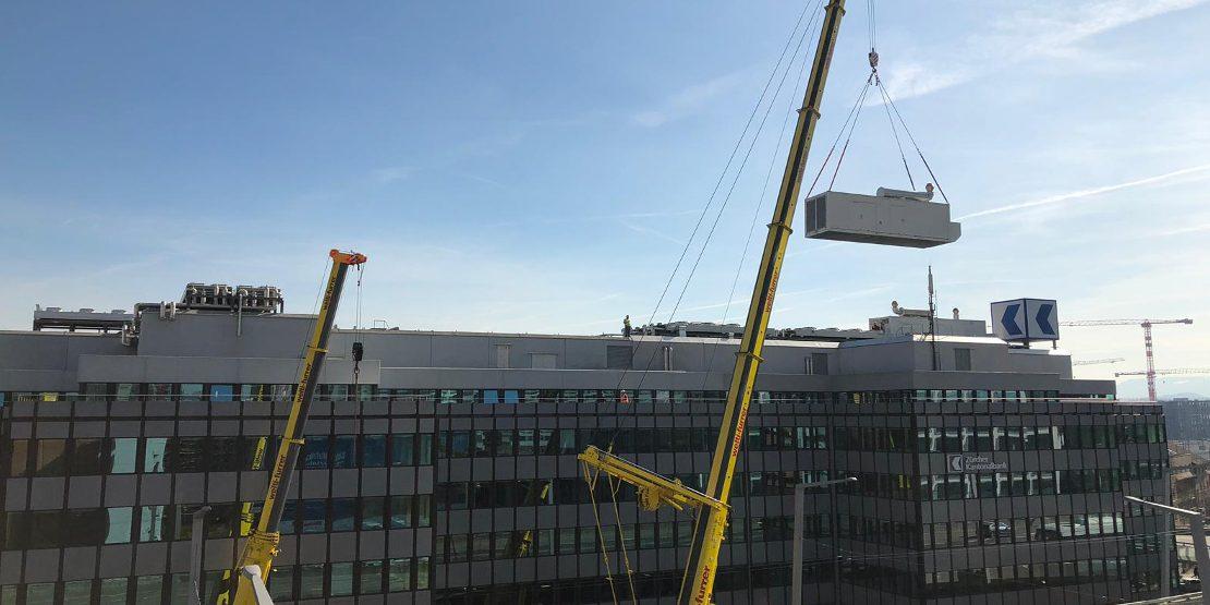 Herunterheben der Notstromgruppe mit dem 350-to Mobilkran vom Gebäude der Zürcher Kantonalbank
