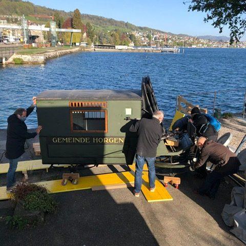Horgen_Museum Sust_Auflad Kutsche vor See