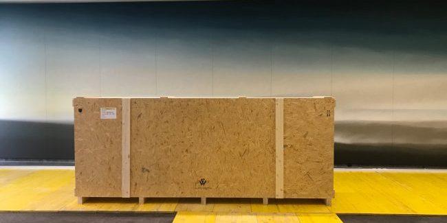 Kiste in Sitzungssaal